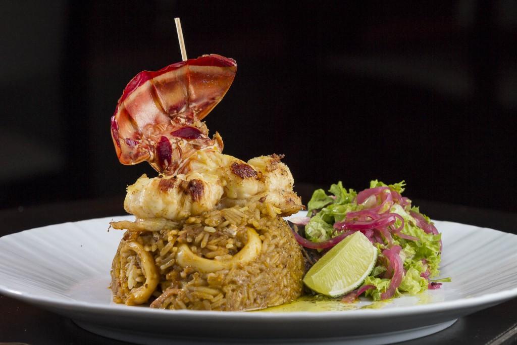 Arroz de Mariscos_Arroz levemente picante com camarões, lula, polvo e lagosta grelhada na manteiga de gengibre_Foto_Greg Rosa (12)