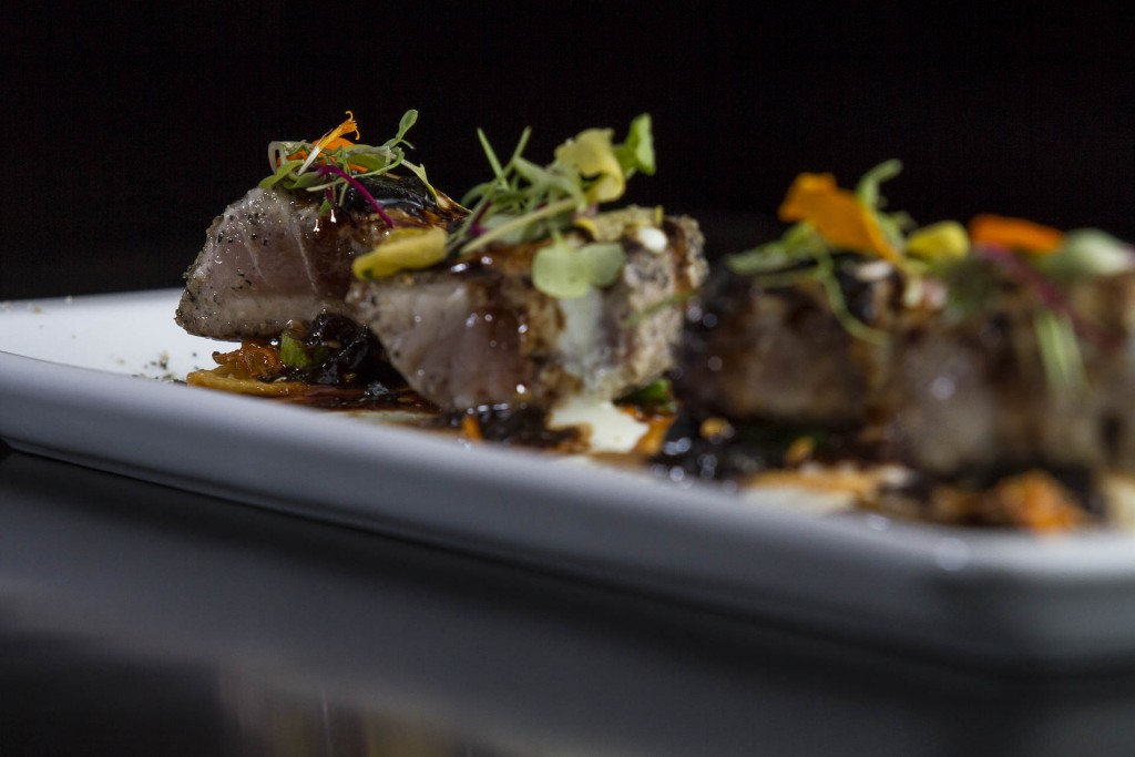 Atum Nikkei_Atum selado sobre crema de wasabi, massa crocante e legumes em salsa Nikkei_Foto_Greg Rosa (27)