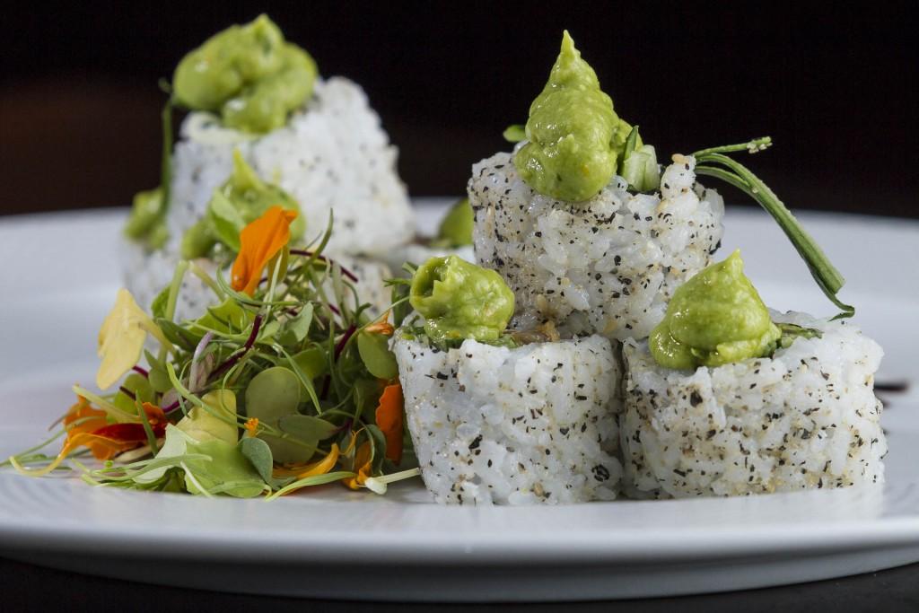 Atum - Uramaki Nikkei_Nori com arroz e crema de abacate por fora, recheado de tartare de atum com pepino em salsa Nikkei e salada de brotos_Foto_Gre