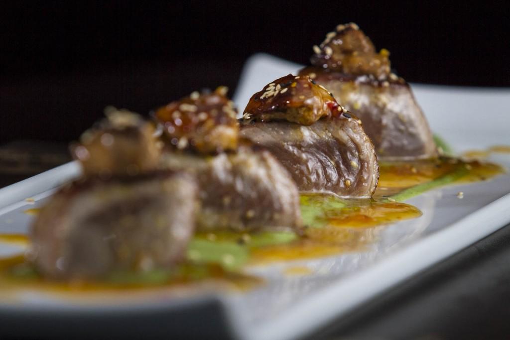 Atum com Foie Grass_Atum selado com foie gras sobre creme de aspargos frescos e geleia de pimenta_Foto_Greg Rosa (20)