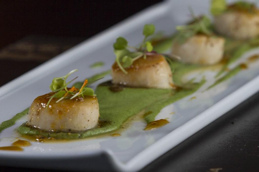 Vieiras seladas_Vieiras grelhadas sobre creme de aspargos frescos em salsa de aguaymanto_Foto_Greg Rosa (1)