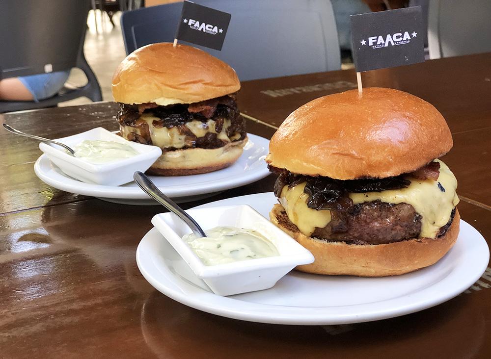 O hambúrguer artesanalé feito com blend de tr u00eas cortes de Angus, o que lhe confere sucul u00eancia e